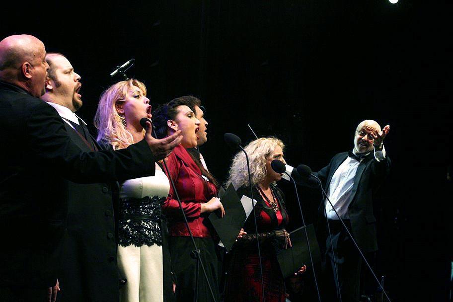 על הבמה 16
